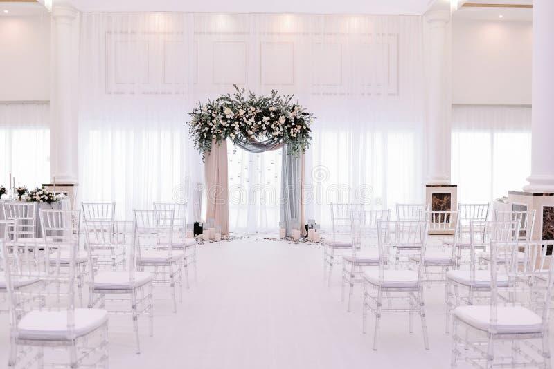 Красивая арка свадьбы Свод украшенный с peachy и серебристыми тканью и цветками стоковое изображение rf