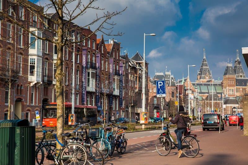 Красивая архитектура и велосипедисты на старом центральном районе в Амстердаме стоковая фотография