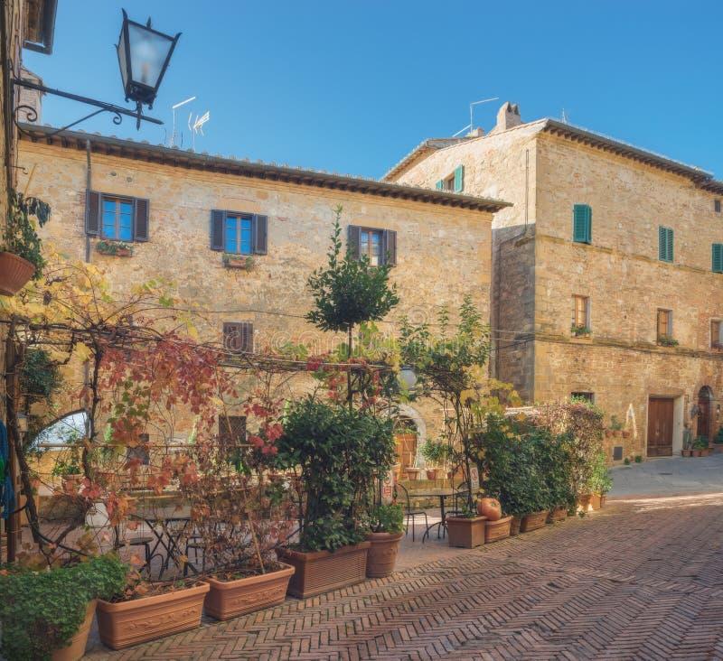 Красивая архитектура увлекать городок Pienza, Тоскану стоковое фото