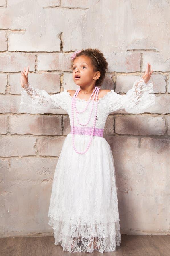 Красивая африканская девушка как маленькая актриса Театр, действующие искусства стоковые изображения rf