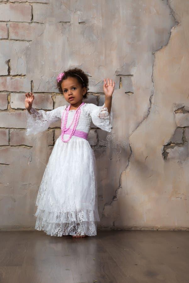 Красивая африканская девушка как маленькая актриса Театр, действующие искусства стоковые фотографии rf