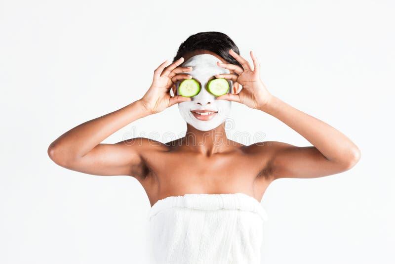 Красивая африканская женщина в студии с лицевой маской стоковое фото rf