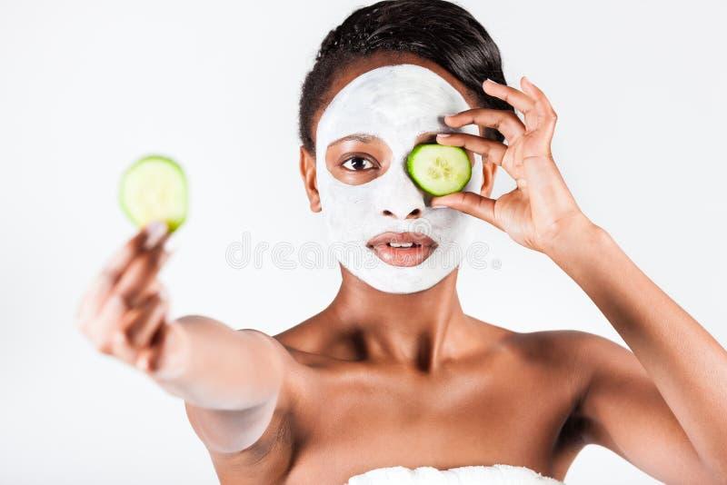 Красивая африканская женщина в студии с лицевой маской стоковые изображения rf
