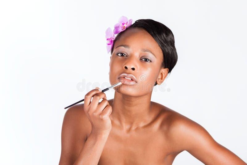 Красивая африканская женщина в студии с составом стоковое изображение rf