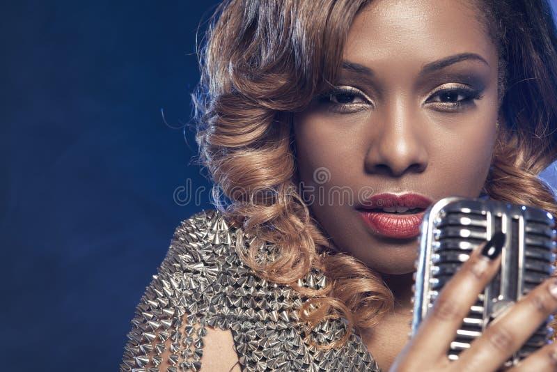 Красивая африканская женщина поя стоковая фотография rf