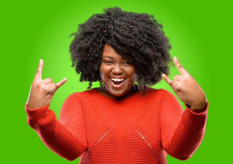 Красивая африканская женщина при вьющиеся волосы изолированное над зеленой предпосылкой стоковые изображения rf