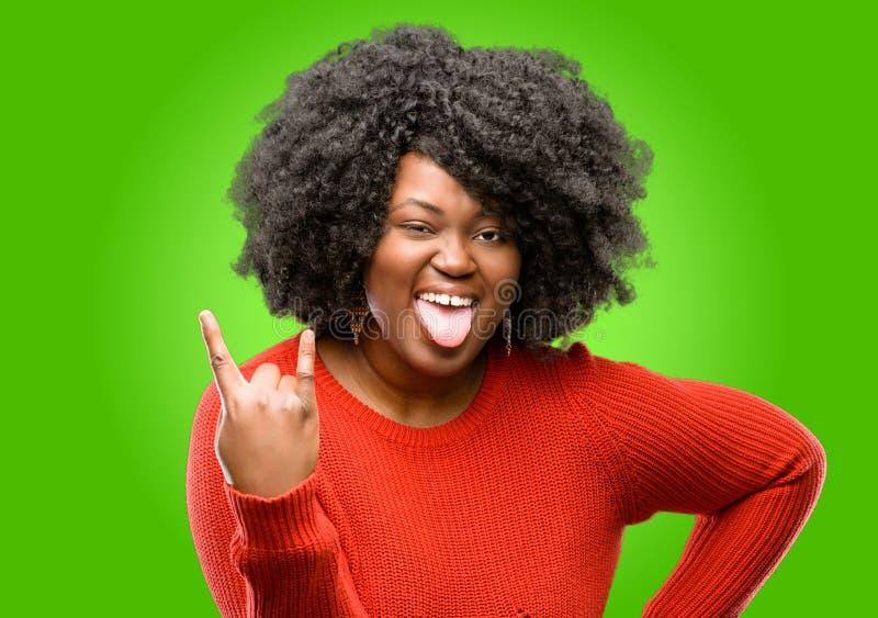Красивая африканская женщина при вьющиеся волосы изолированное над зеленой предпосылкой стоковое изображение