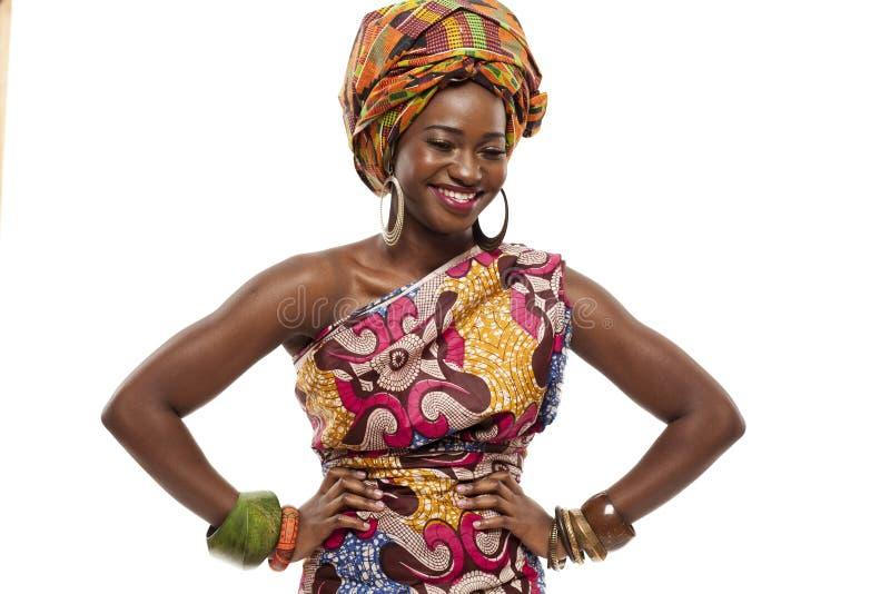 Красивая африканская фотомодель в традиционном платье. стоковое изображение rf
