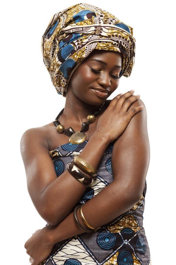 Красивая африканская фотомодель в традиционном платье. стоковая фотография rf