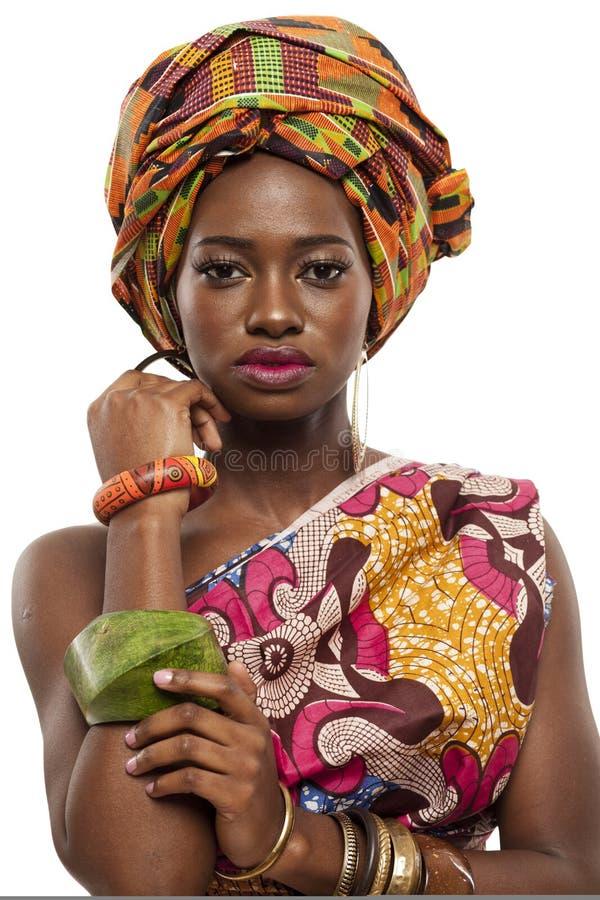 Красивая африканская фотомодель в традиционном платье. стоковое изображение