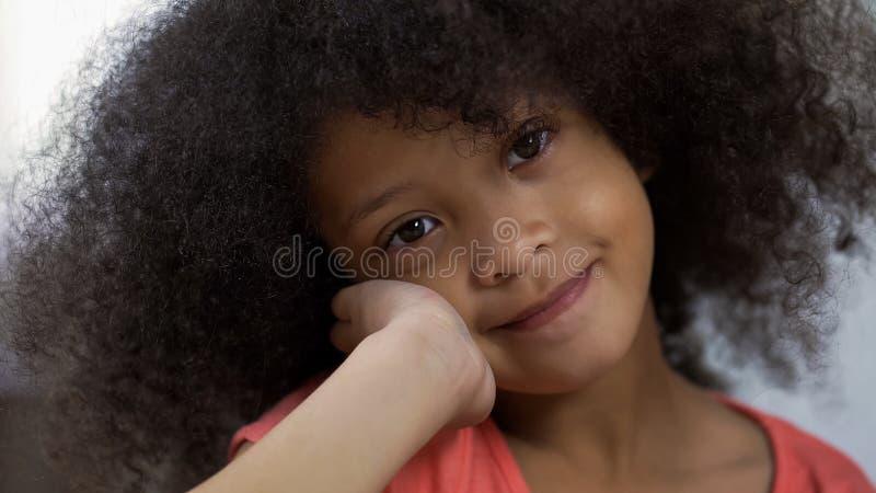Красивая Афро-американская девушка представляя для камеры и усмехаясь счастья конца-вверх стоковое фото rf