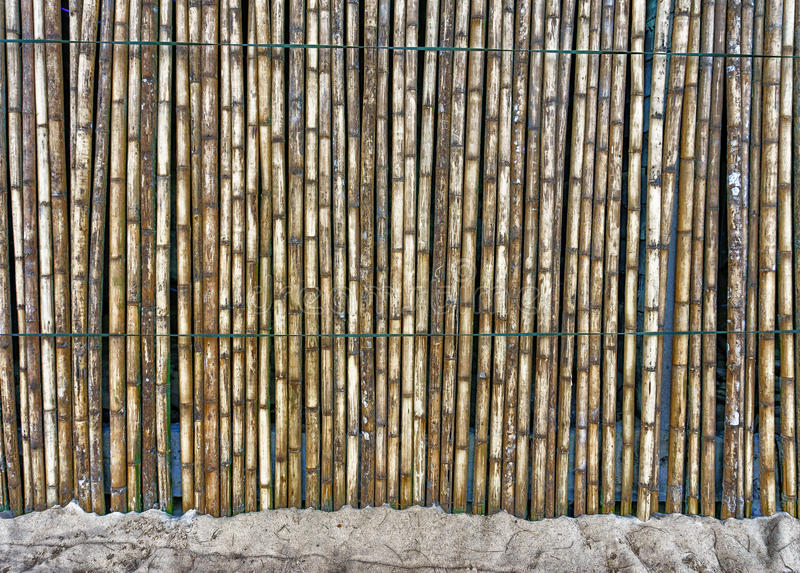 Красивая бамбуковая загородка на песке стоковое изображение rf