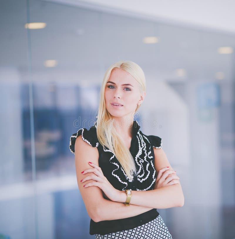 Красивая белокурая бизнес-леди раскрывает дверь офиса стоковые фото