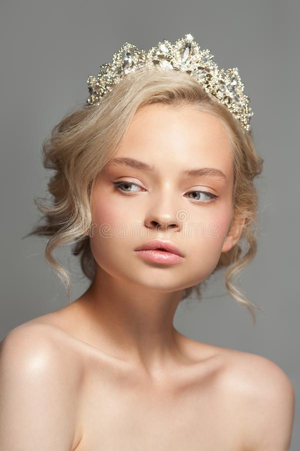 Красивая белокурая девушка в изображении невесты с тиарой в ее волосах стоковые фотографии rf