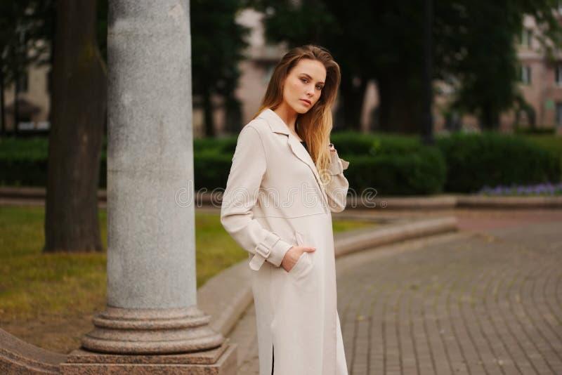 Красивая белокурая девушка в улице стоковые фотографии rf