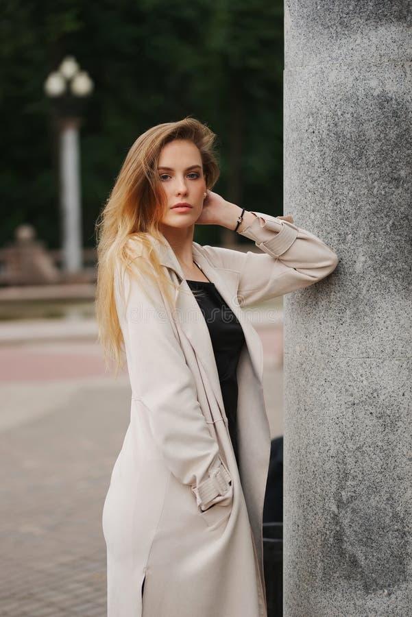 Красивая белокурая девушка в улице стоковое изображение