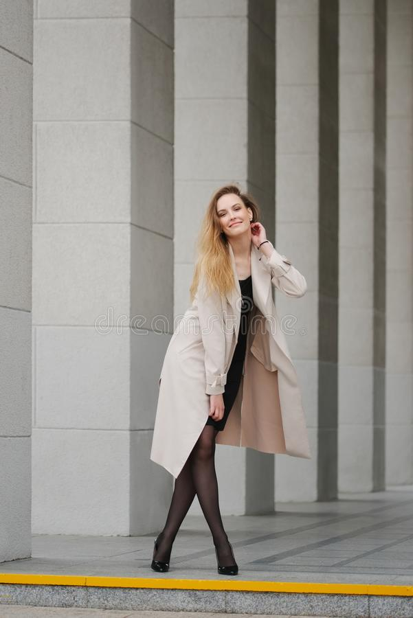 Красивая белокурая девушка в улице стоковое фото rf