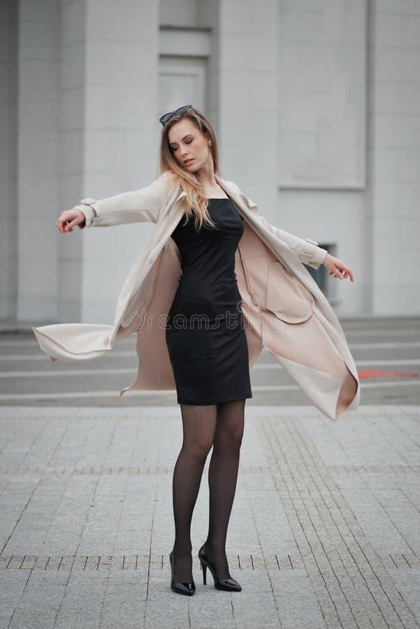 Красивая белокурая девушка в улице стоковое изображение rf