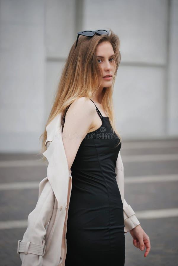 Красивая белокурая девушка в улице стоковое фото