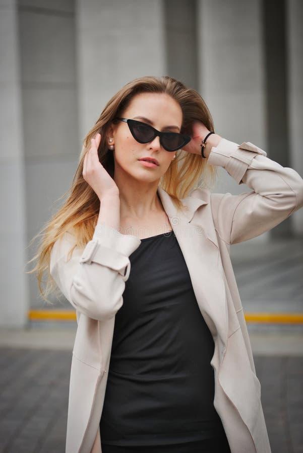 Красивая белокурая девушка в улице стоковая фотография