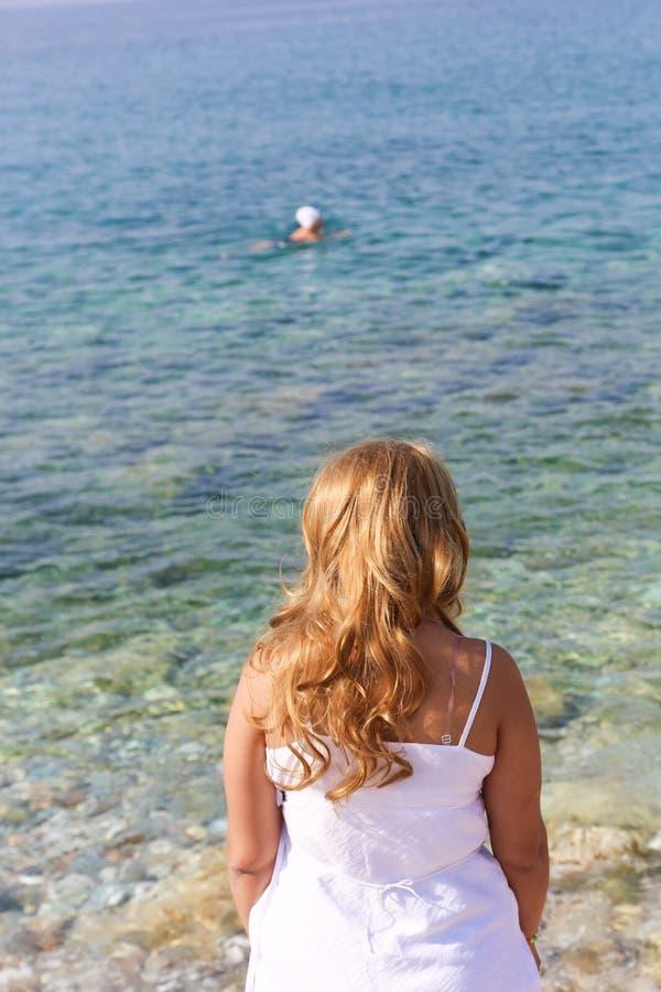 Красивая белокурая девушка на море стоковое фото rf