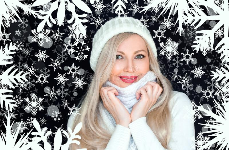 Красивая белокурая женщина в белых, связанных шляпе и шарфе На черной предпосылке с снежинками стоковые изображения rf