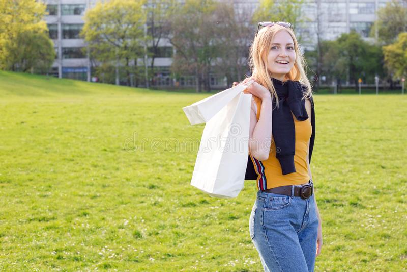 Красивая белокурая женщина наслаждается покупками Защита интересов потребителя, ходя по магазинам насмешка вверх, концепция образ стоковое фото