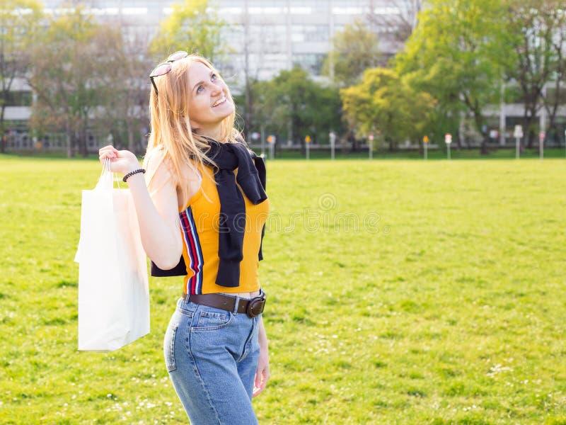 Красивая белокурая женщина наслаждается покупками Защита интересов потребителя, ходя по магазинам насмешка вверх, концепция образ стоковая фотография rf