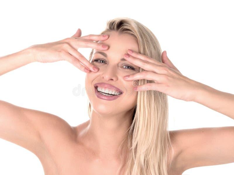 Красивая белокурая женщина при длинные волосы касаясь ее стороне на предпосылке whie улучшите усмешку зуб стоматологии человека р стоковая фотография rf