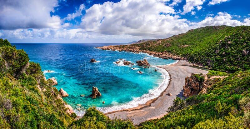 Красивая береговая линия океана в Косте Paradiso, Сардинии стоковое изображение rf