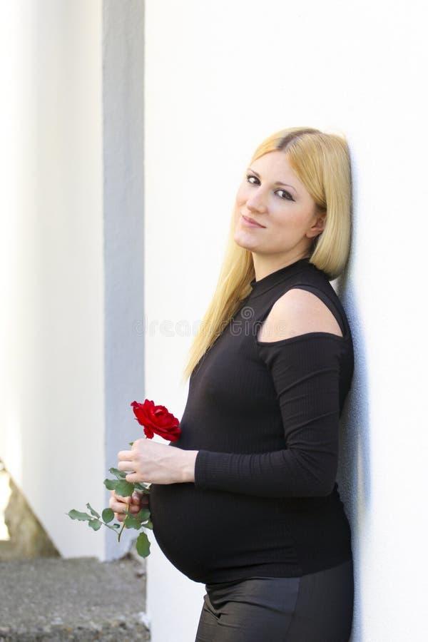 Беременная блондинка скачать