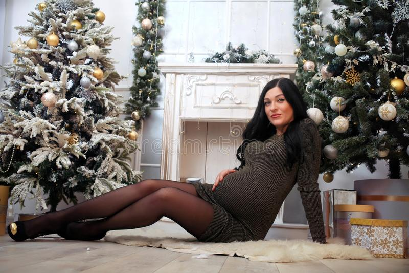 Красивая беременная женщина в платье праздника стоковое изображение rf