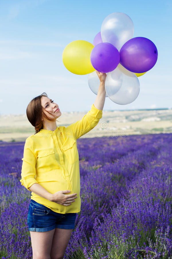 Красивая беременная женщина в поле лаванды стоковые фотографии rf
