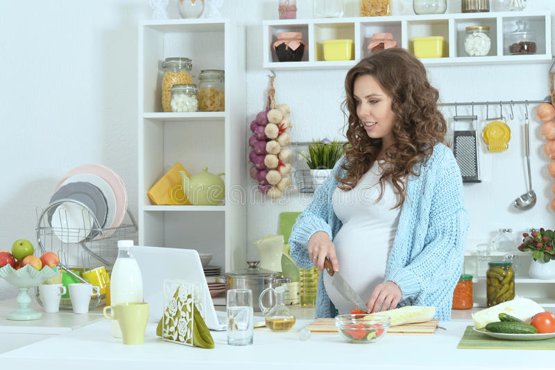 Красивая беременная женщина с едой стоковое изображение