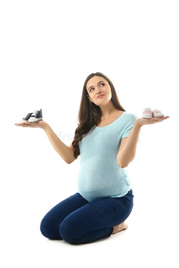 Красивая беременная женщина с girlish и мальчишескими добычами на белой предпосылке стоковые изображения rf