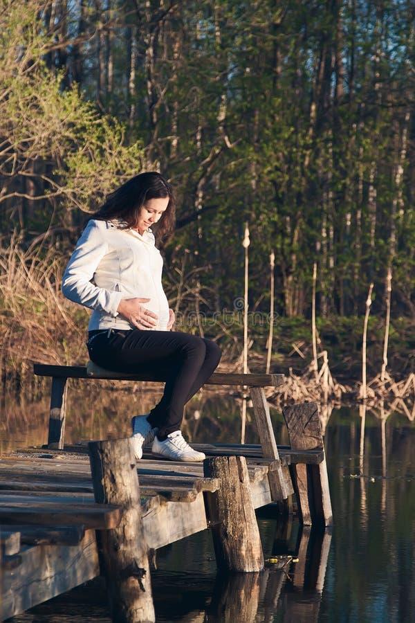 Красивая беременная женщина стоковое изображение