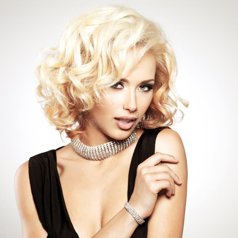 Красивая белая женщина с курчавым стилем причёсок стоковое изображение rf