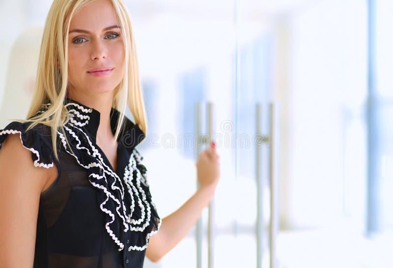 Красивая белокурая бизнес-леди раскрывает офис стоковая фотография rf