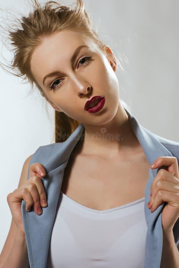Красивая белокурая девушка в голубом костюме стоковые фото