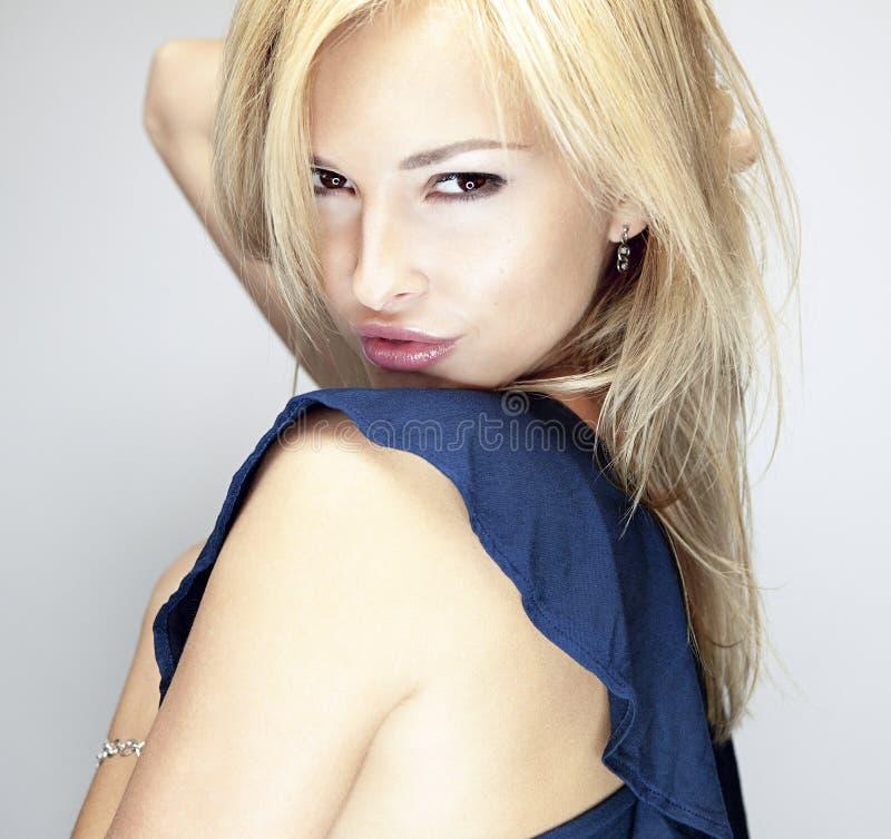 Красивая белокурая девушка на белой предпосылке белокурые волосы длиной стоковые фотографии rf