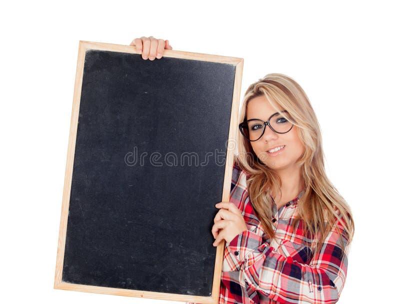 Красивая белокурая девушка при стекла держа шифер стоковая фотография rf