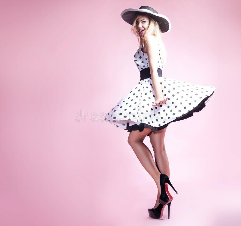 Красивая белокурая девушка pinup стоковые фото