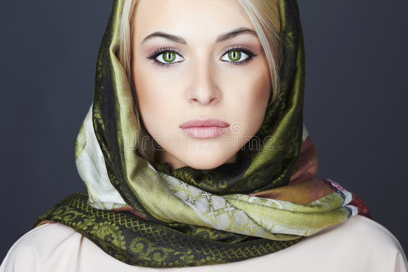Красивая белокурая женщина в шарфе зима способа предпосылки красивейшей изолированная девушкой белая качество девушки новообращен стоковое изображение