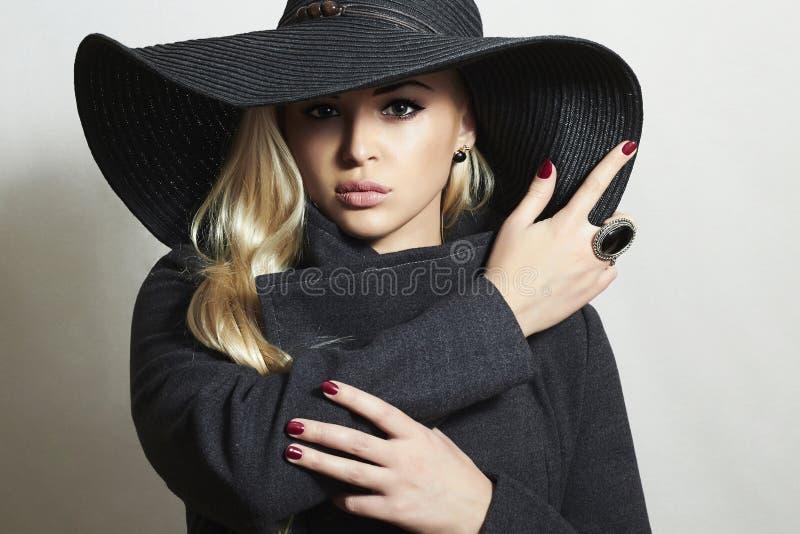 Красивая белокурая женщина в Hat.Lady в Topcoat стоковые изображения