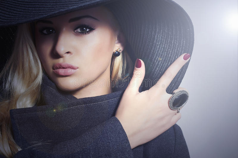 Красивая белокурая женщина в Topcoat Hat.Fashionable стоковое фото rf