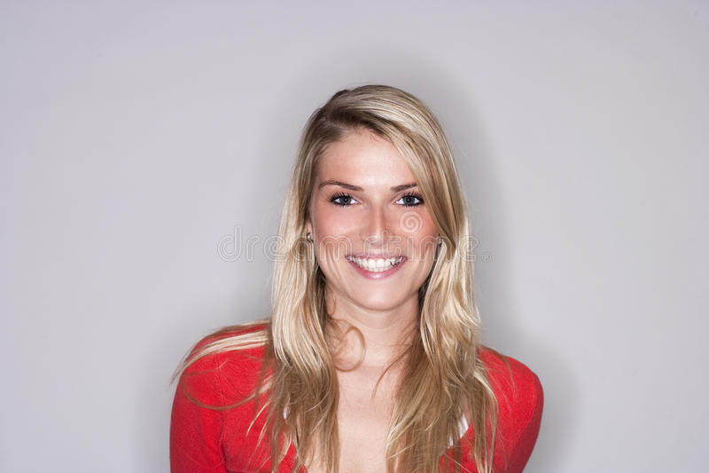 Красивая белокурая женщина с излучающей улыбкой стоковые фото