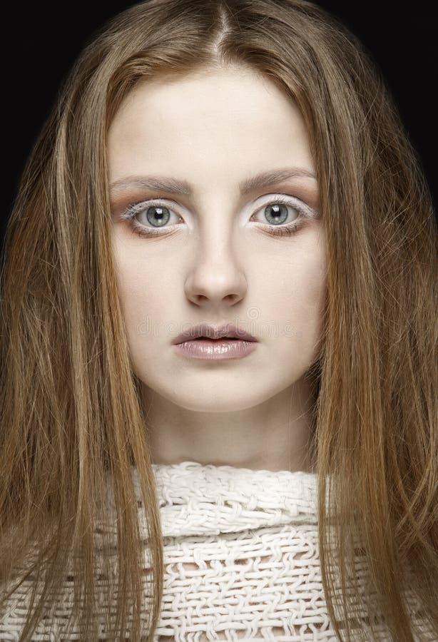 Красивая белокурая женщина с длинным прямых составом волос и стиля стоковое изображение