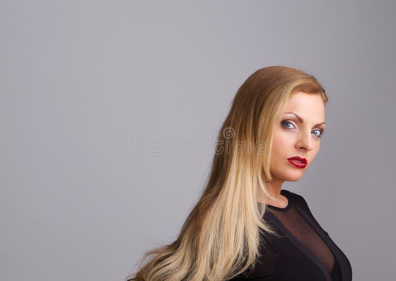 Красивая белокурая женщина с красной губной помадой стоковое фото