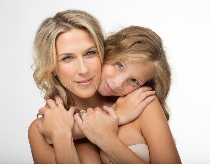 Красивая белокурая мать и ее дочь совместно стоковая фотография rf