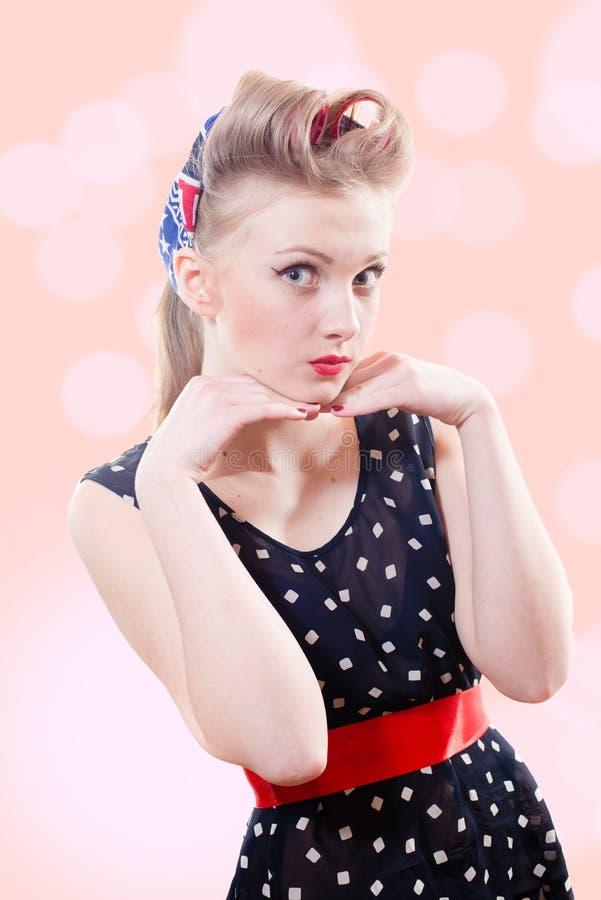 Красивая белокурая молодая женщина pinup с победой стоковые фото
